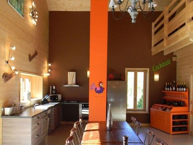 gite-de-groupe-jura-marlaya-salle-restauration-table-chaise-cuisine