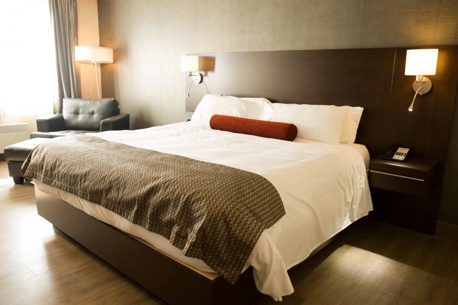 hotel-iles-de-la-madeleine-auberge-madeli-chambre-executive-lit-king