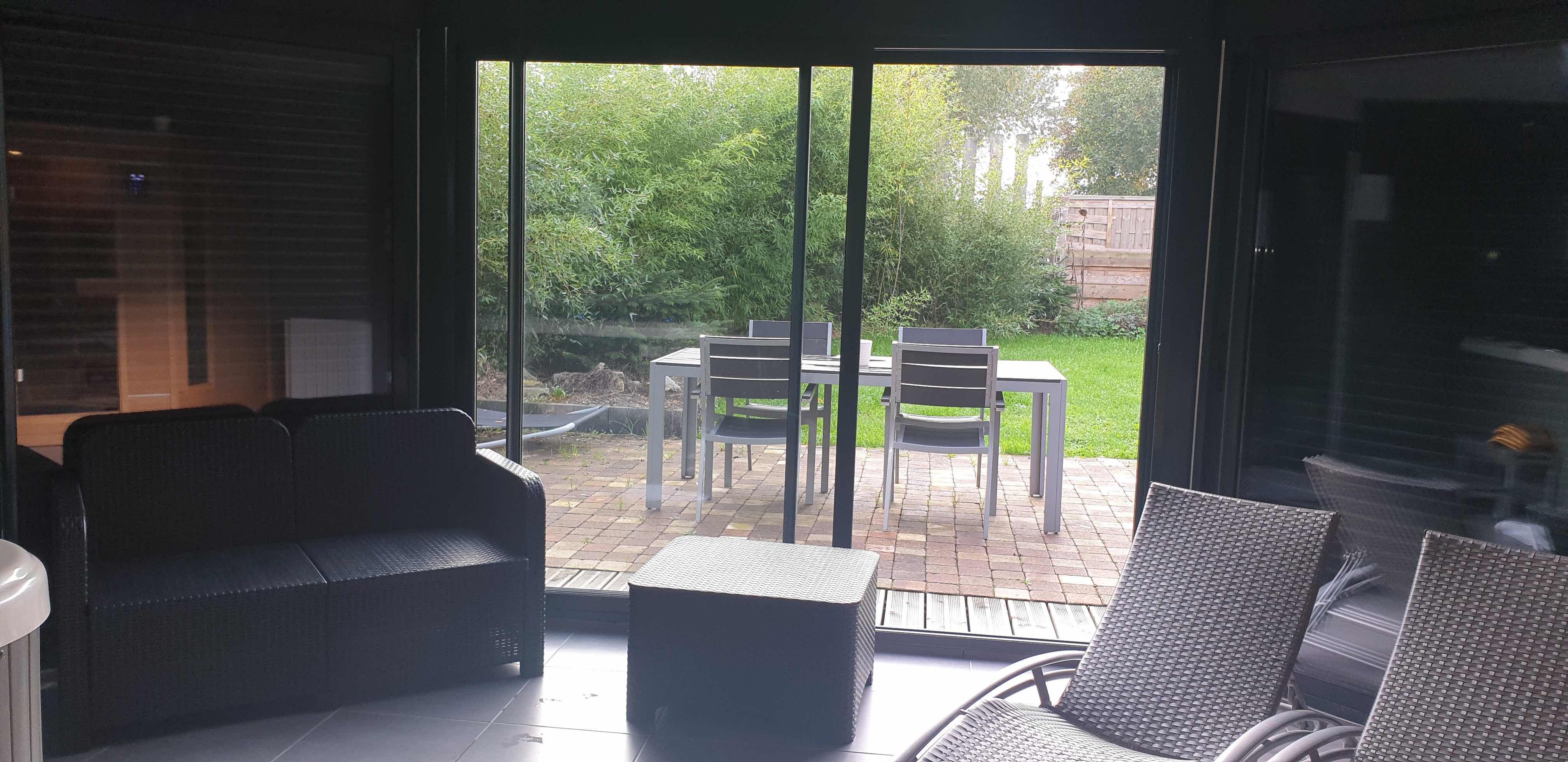 chambre-jacuzzi-privatif-lille-nord-pas-de-calais--salon-vue-exterieur-terrasse