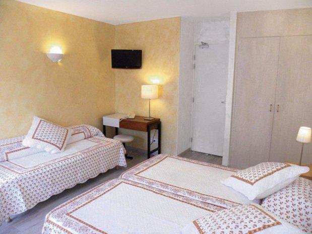 chambre village triple s jour dans notre h tel de bord de mer dans le var de h tel le lavandou. Black Bedroom Furniture Sets. Home Design Ideas