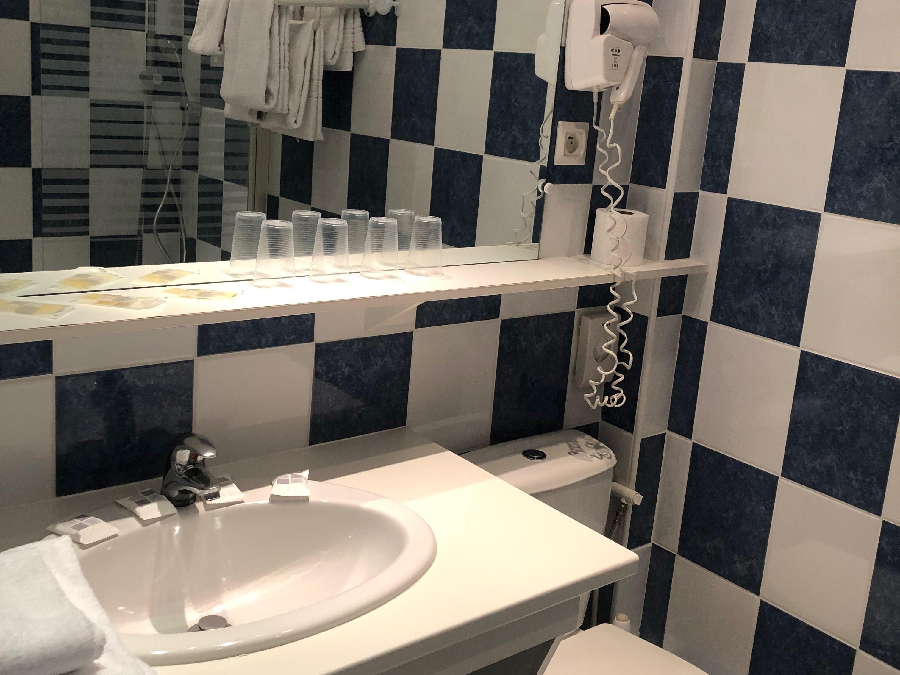 hotel-anne-de-bretagne-blois-centre-ville-salle-de-bains-chambre-quadruple-supérieure-baignoire