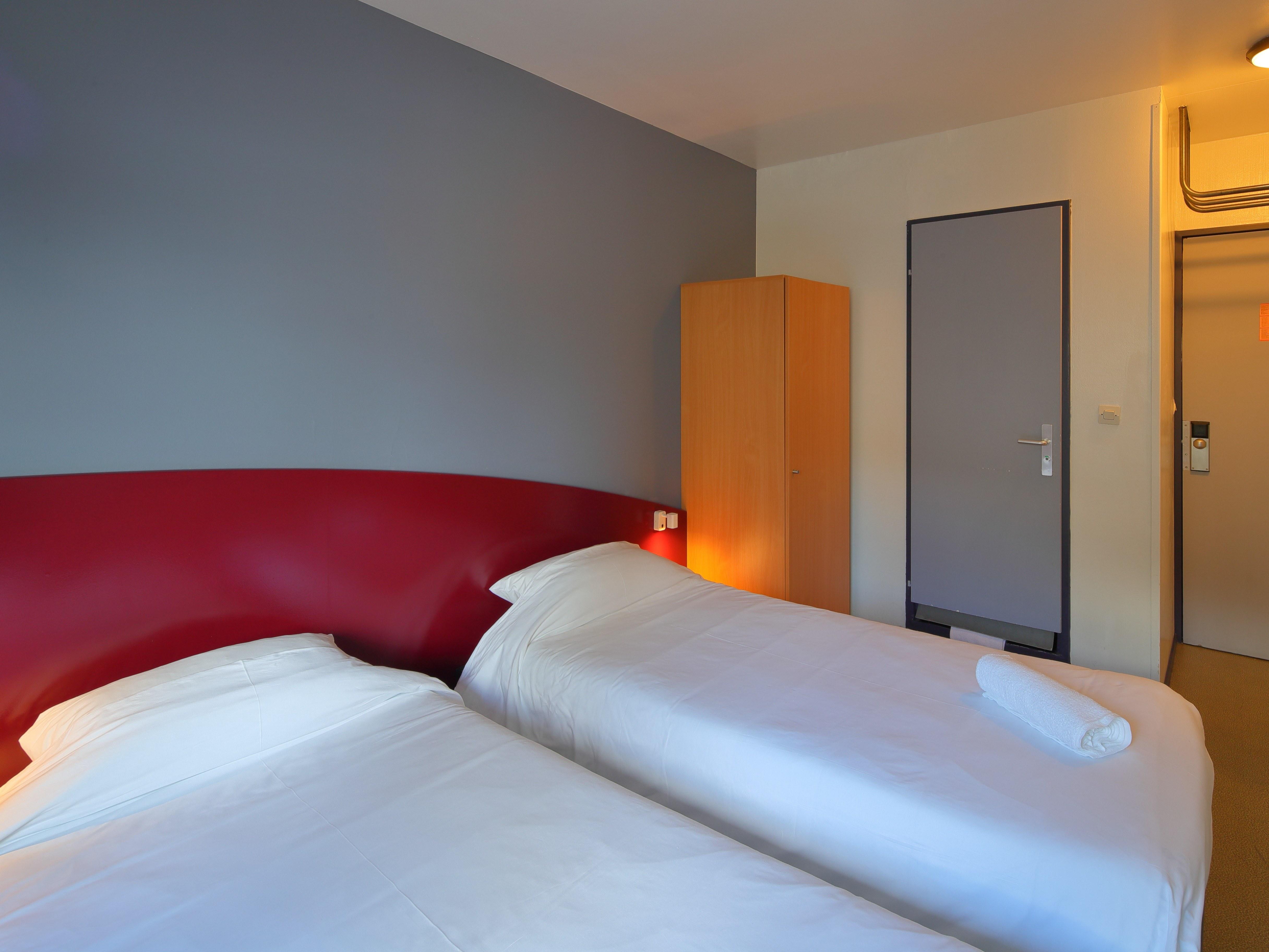 hotel-paris-13-avec-parking-chambre-lit-armoire