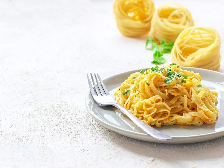 spaghettis dans une assiette chez toto pizzeria restaurateurs meslay-du-maine mayenne pizza pâtes desserts cuisine italienne soirée à thème