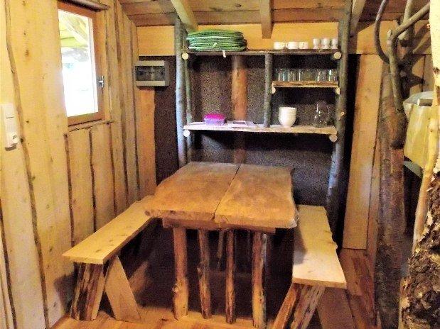 Cabane vosgienne intérieur table