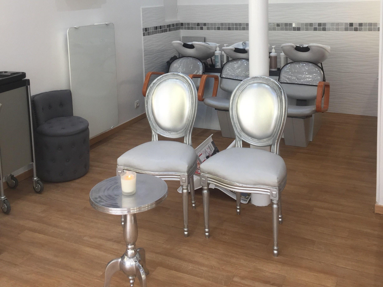 coiffeur-paris-17-chaise-table-bougie-salon