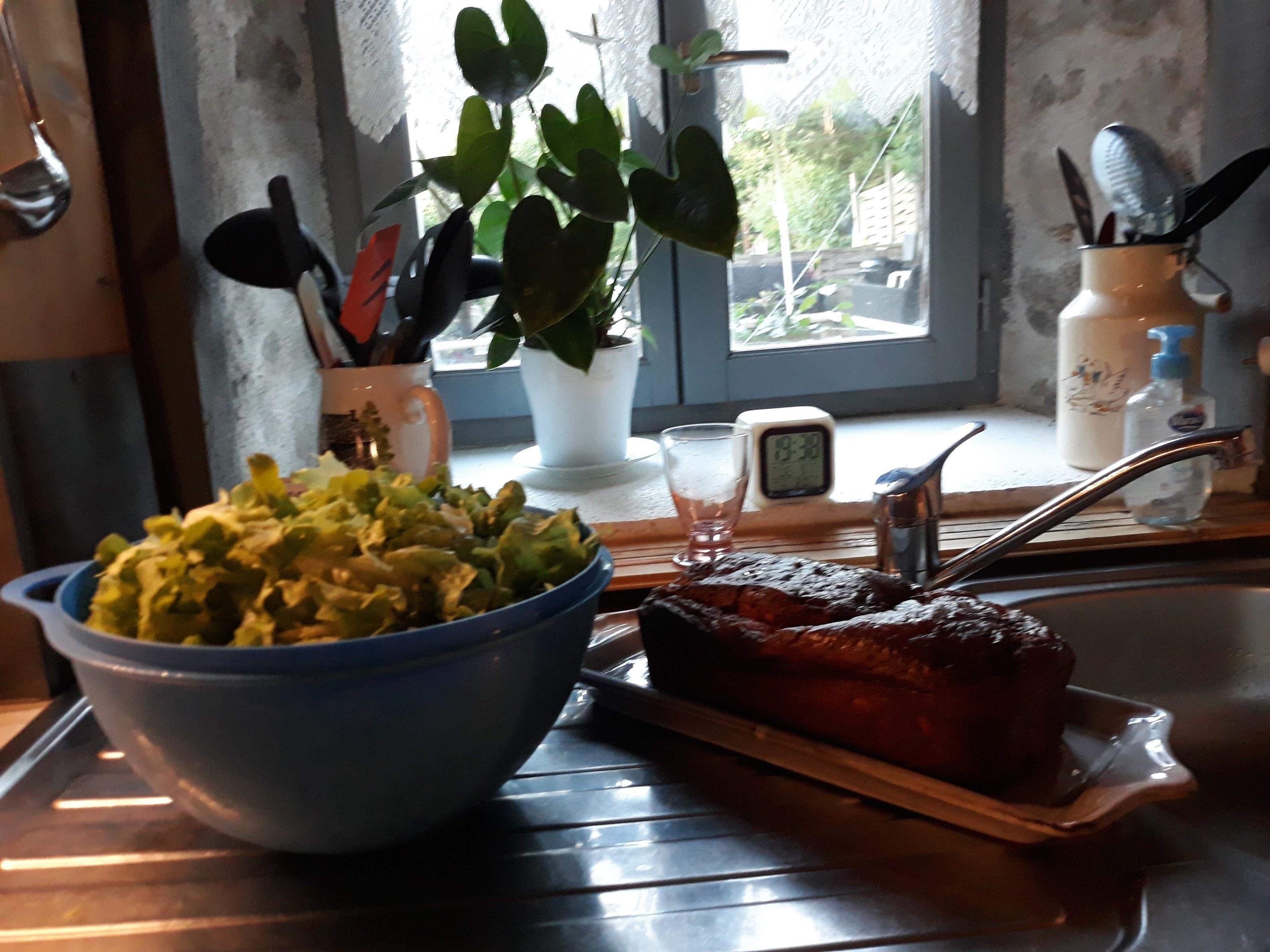 chambre-hotes-auvergne-table-d-hote-salade-repas-fenetre-plante