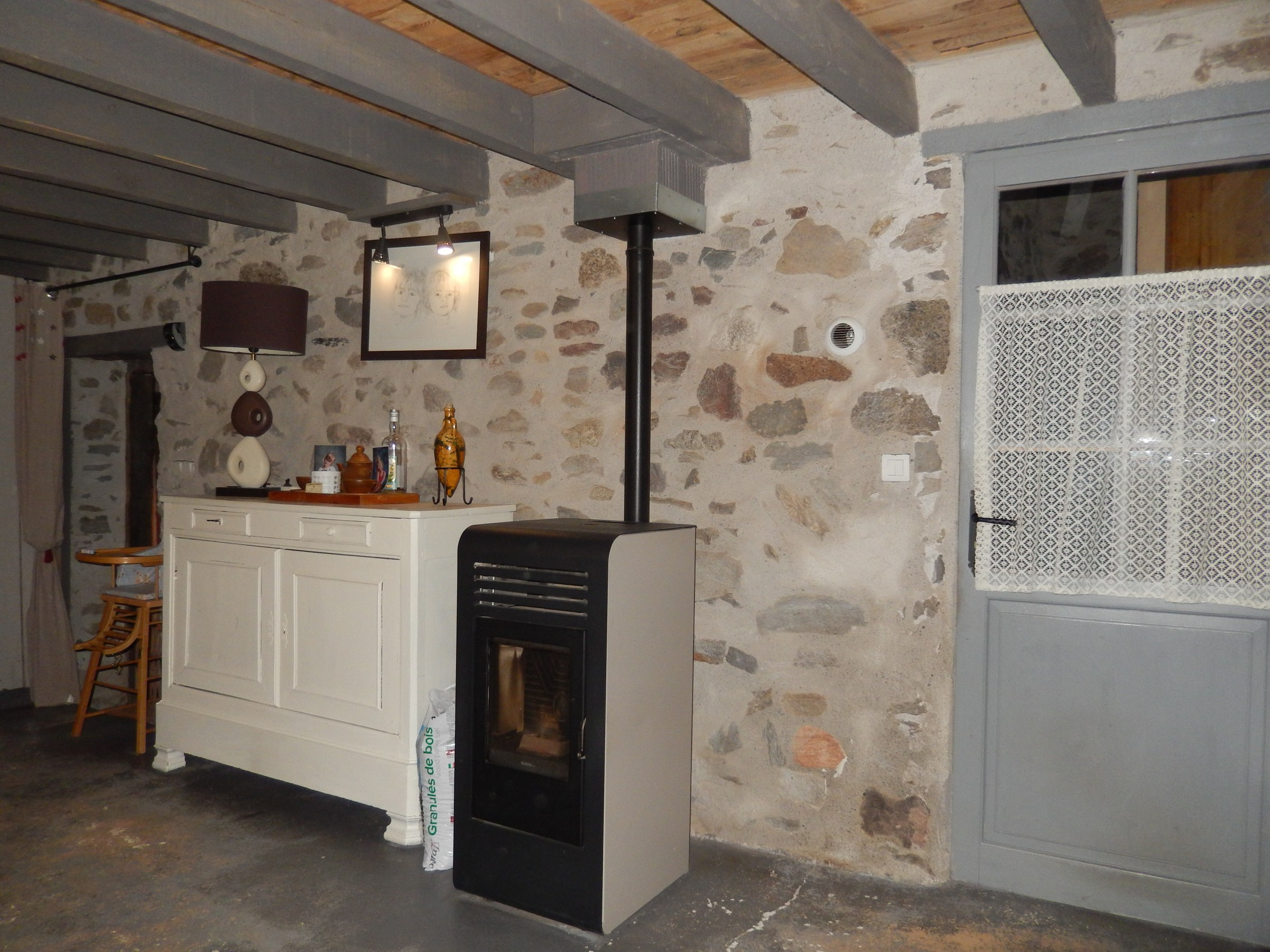 chambre-hotes-auvergne-salle-table-d-hote-fenetre-meuble-cheminee