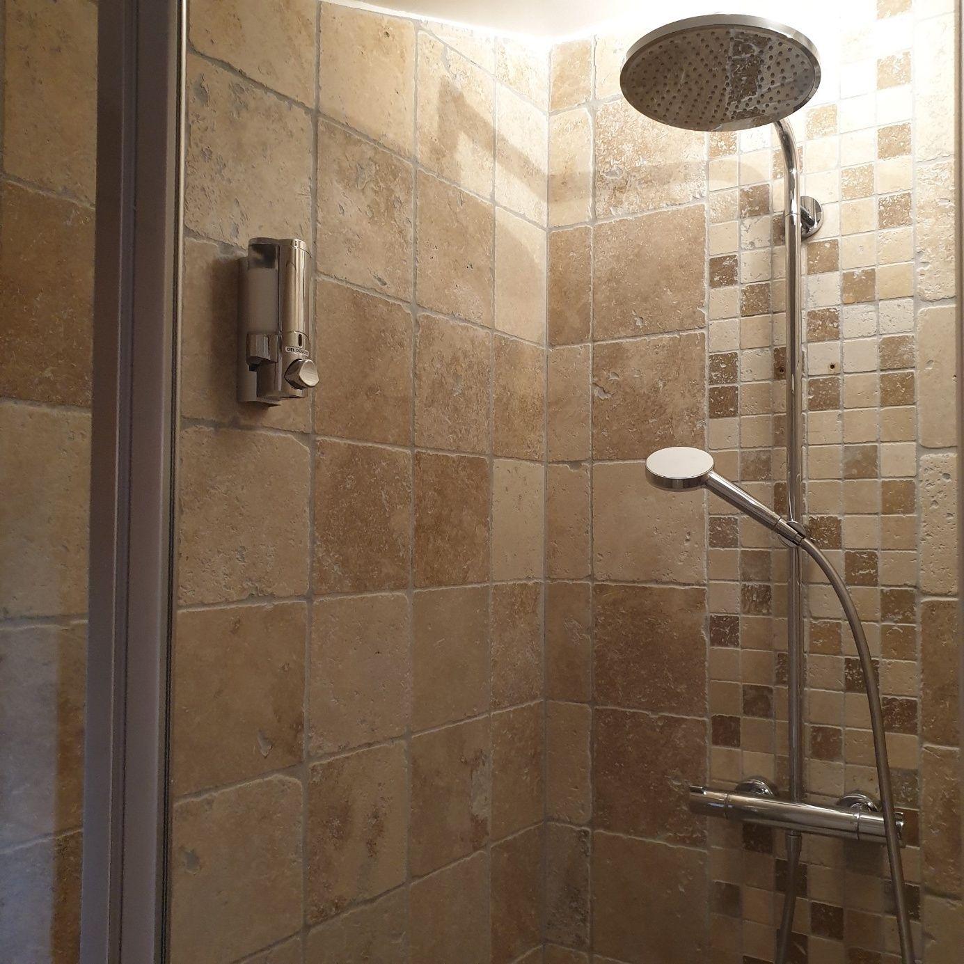 salle-de-bain-mas-reilhanette-chambres-d-hotes-de-charme-gite-etape-montbrun-provence