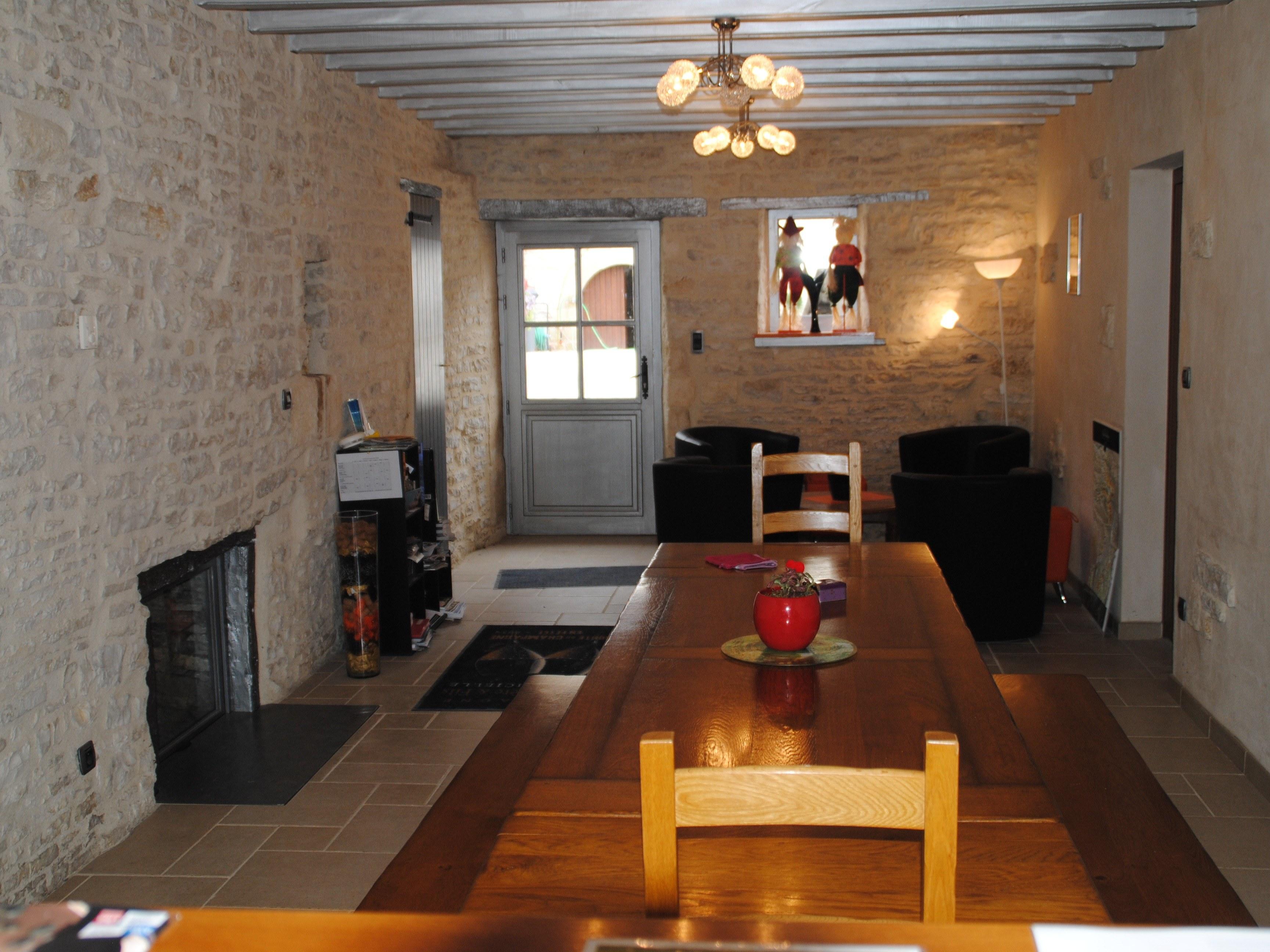 baroville-champagne-fauteuils-table-salon-cheminee
