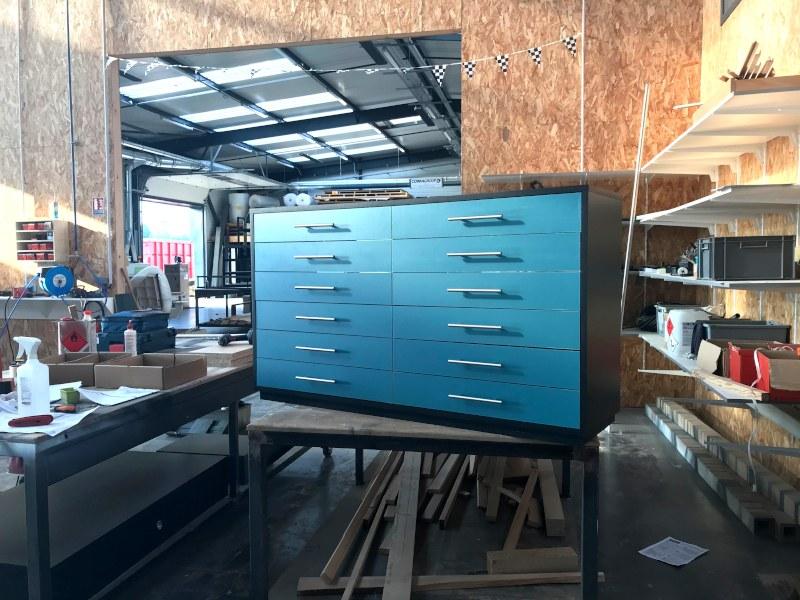mobilier sur mesure opticien en atelier