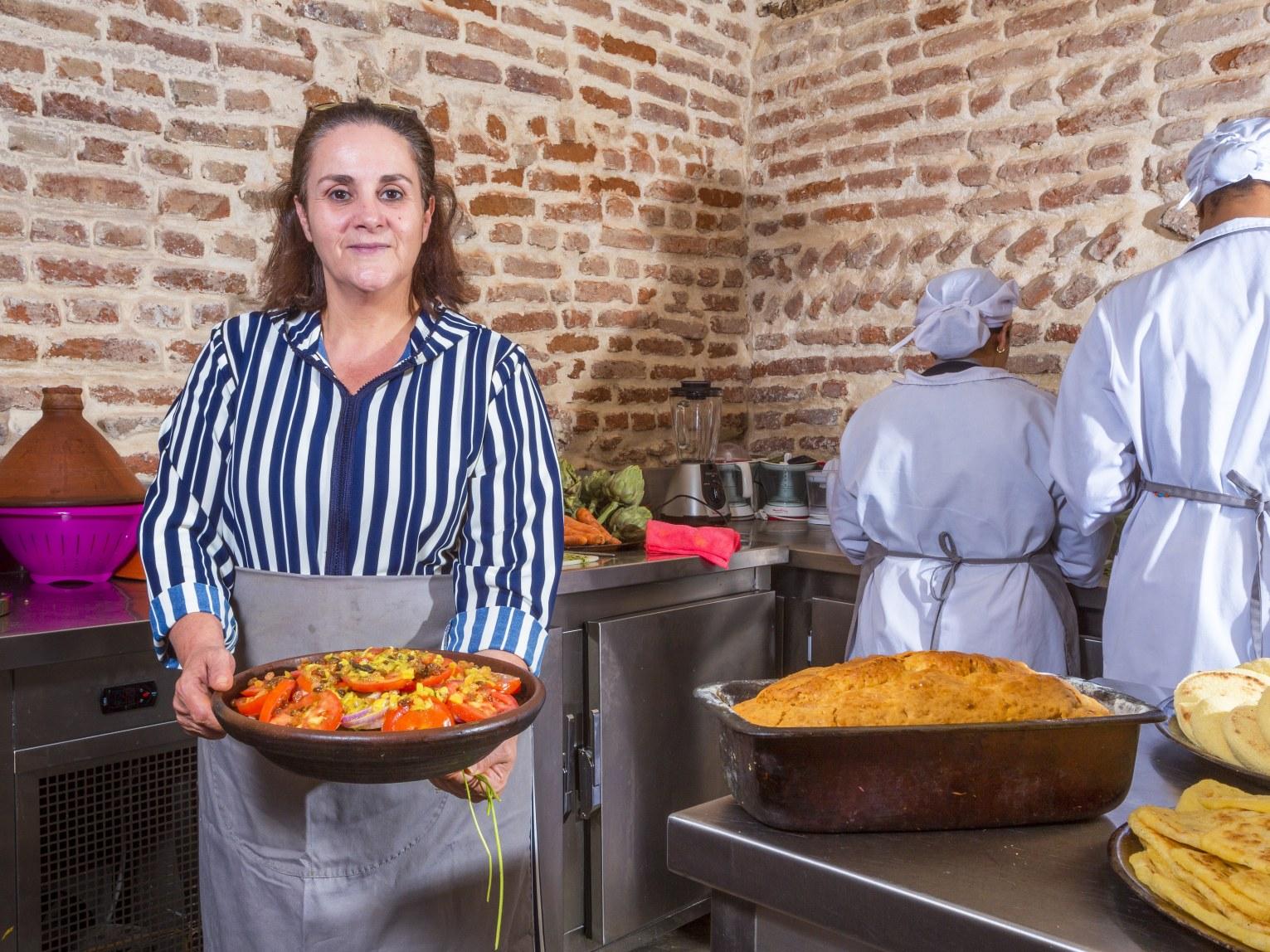 restaurant-marocain-marrakech-tajine-viande-tomate-huile-plat-cuisin-marocaine