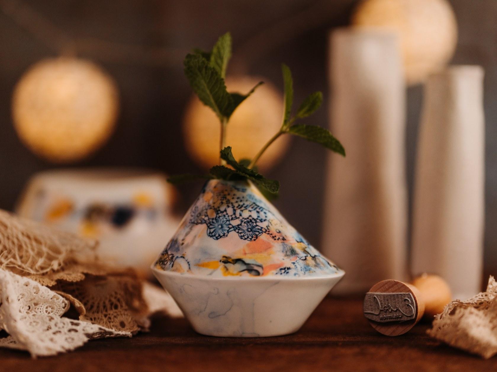 Collection Burano- soliflore triangle- vase dentelle colorée- Photo Ambiance- sans logo