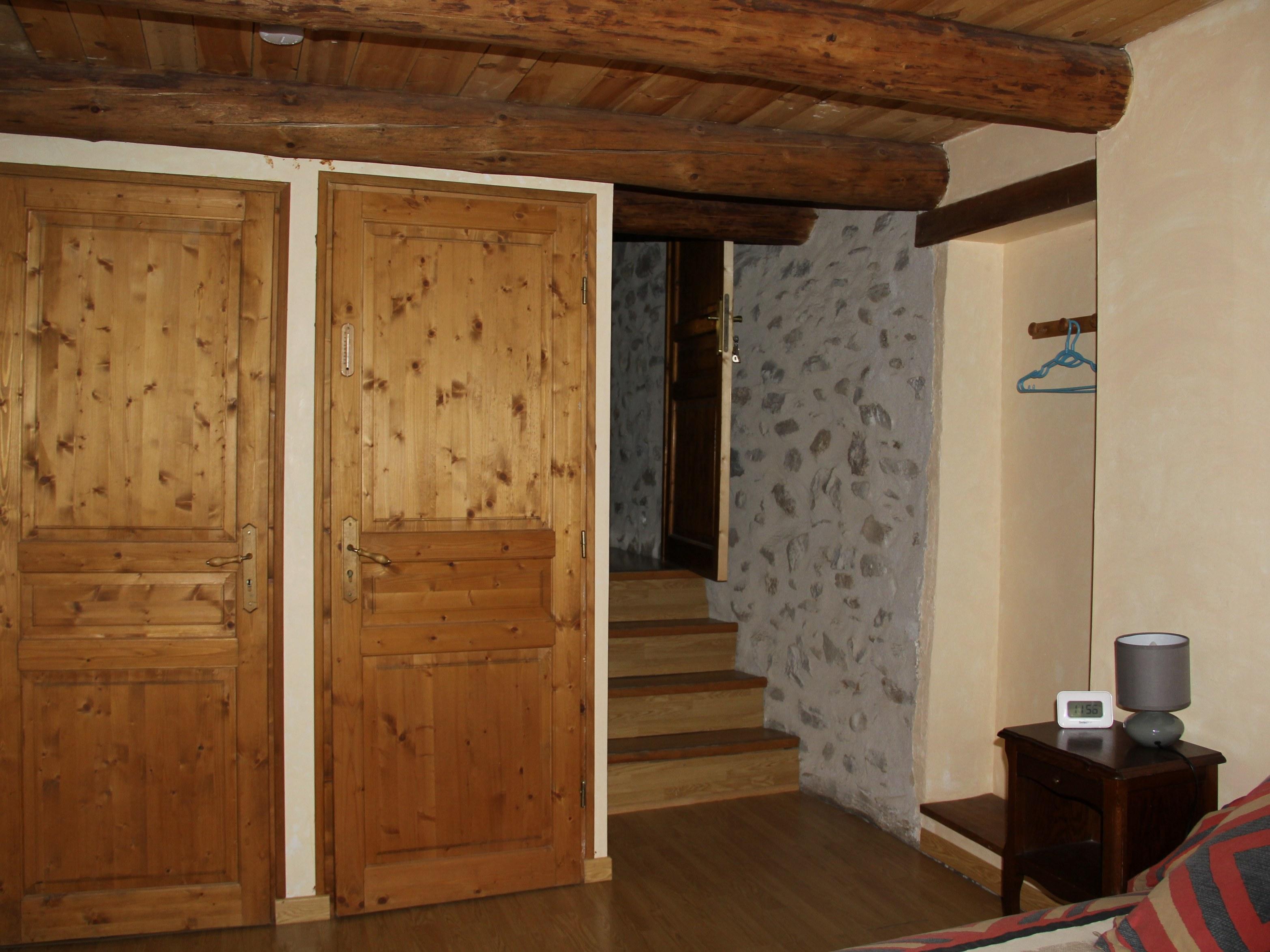 chambre-hotes-auvergne-placard-chambre-escalier-lampe-chevet
