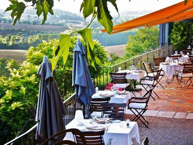 restaurant service en terrasse avec vue CUQ EN TERRASSES