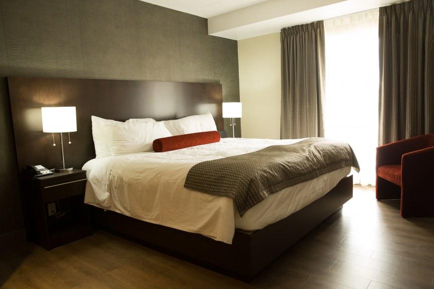hotel-iles-de-la-madeleine-auberge-madeli-suite-lit