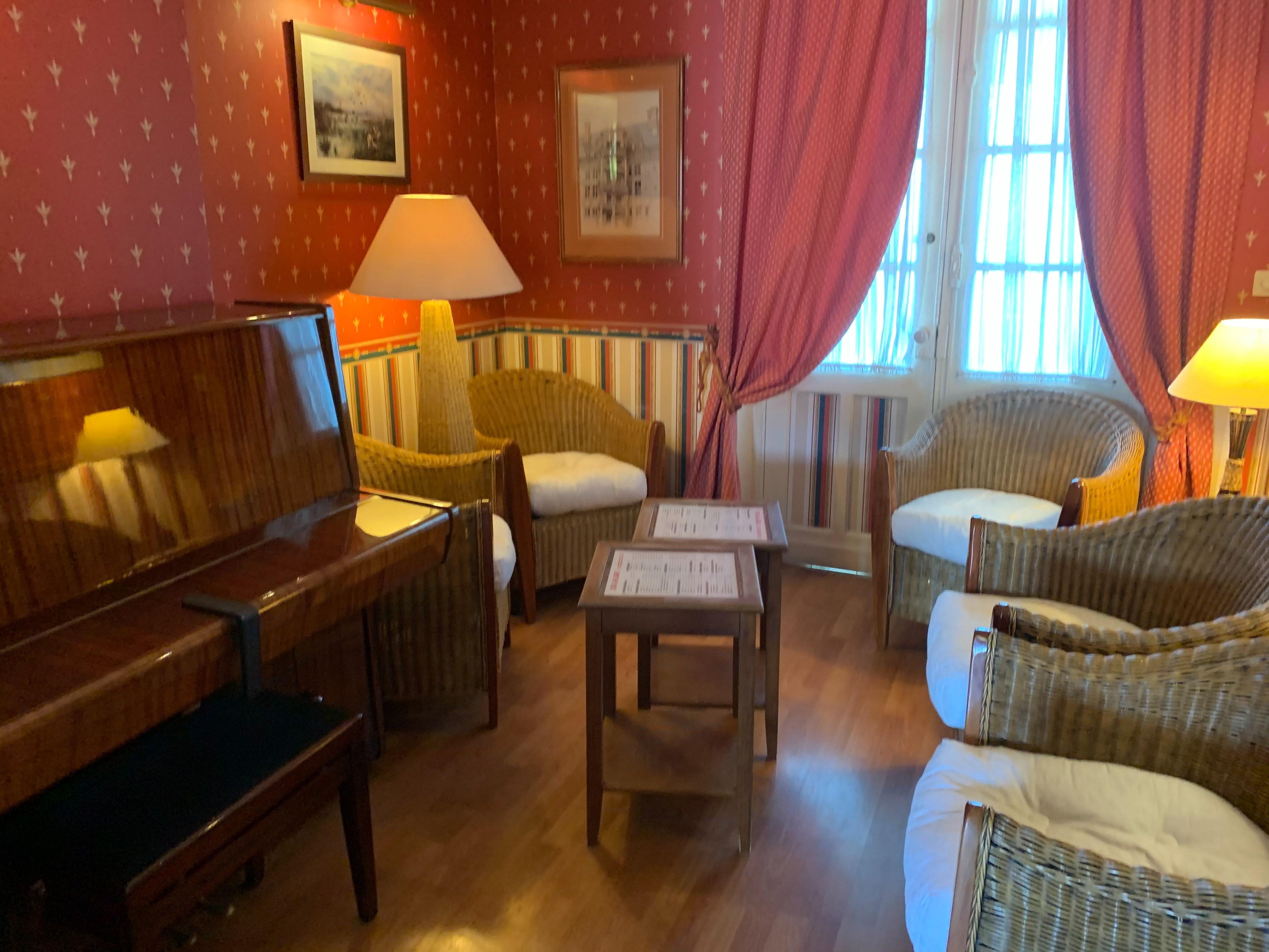 hotel-anne-de-bretagne-blois-trois-etoiles-centre-ville-lcoin-salon-piano