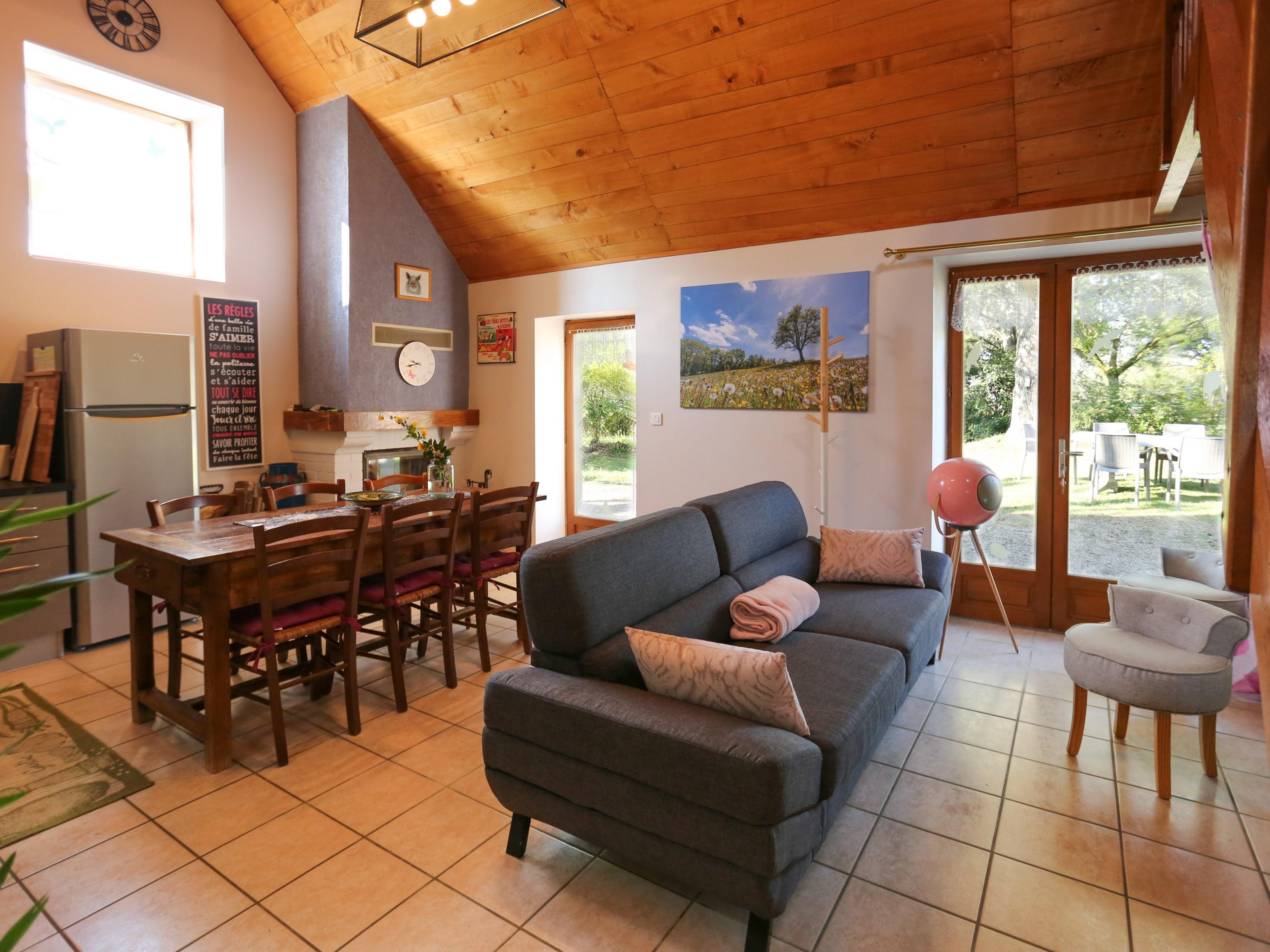 Dans une ambiance champêtre , ouverte sur la cuisine et un accès de plain pied vers l'extérieur, idéal pour les enfants...