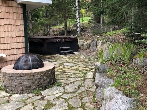 location-chalet-mont-tremblant-le-petit-chalet-exterieur-barbecue-spa