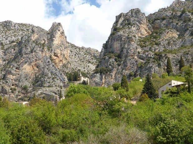 les montagnes environnantes - moustiers sainte marie - castellane