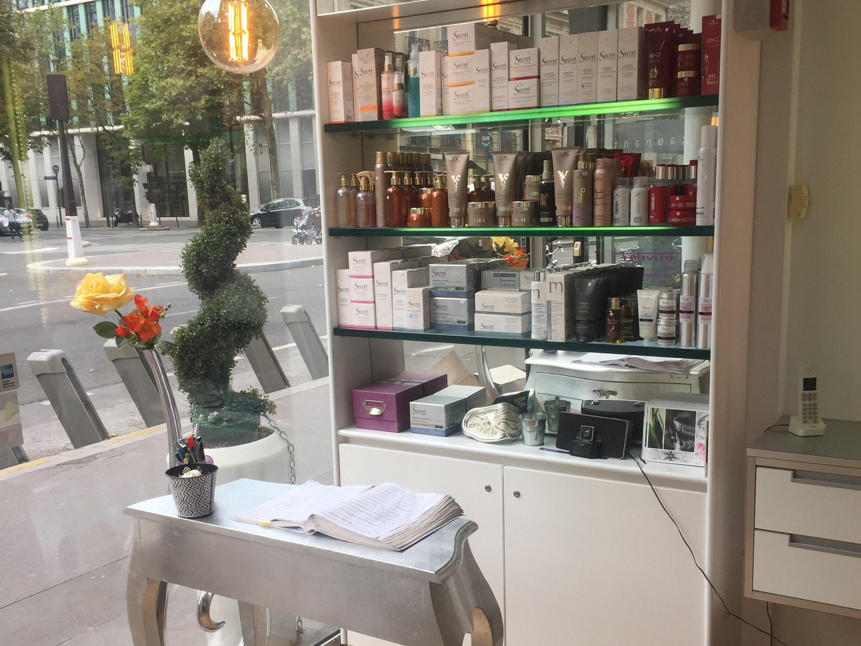 coiffeur-paris-17-salon-produits-cheveux-soins-vitrine-table-meuble-plante