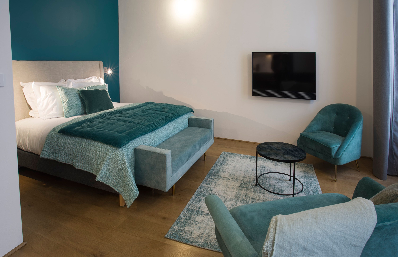 appart-hotel-angouleme-studio-paon-lit-king-tv-fauteuils