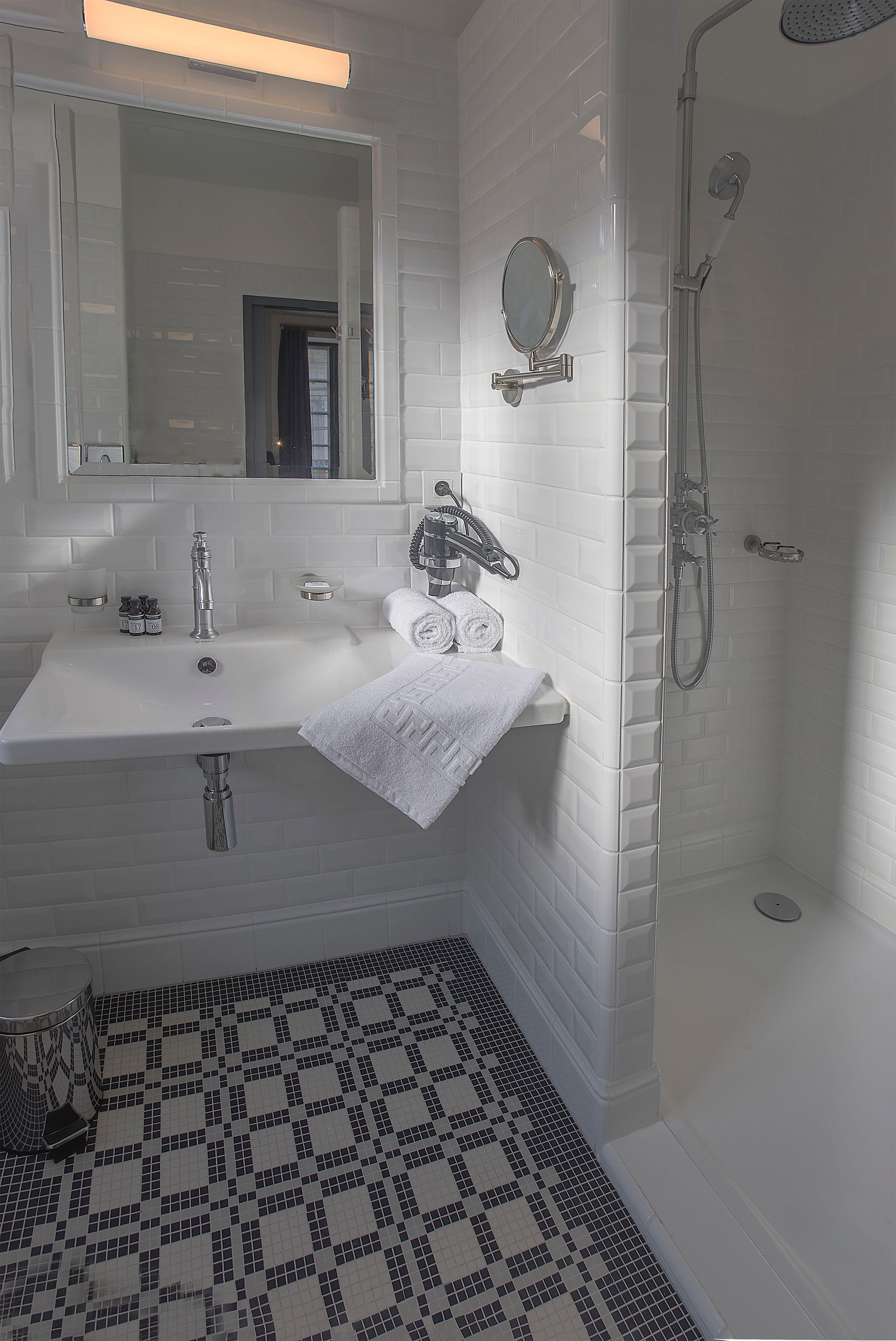 appart-hotel-angouleme-duplex-cote-est-deux-chambres-salle-de-bain-douche-mirroir-vue-de-face