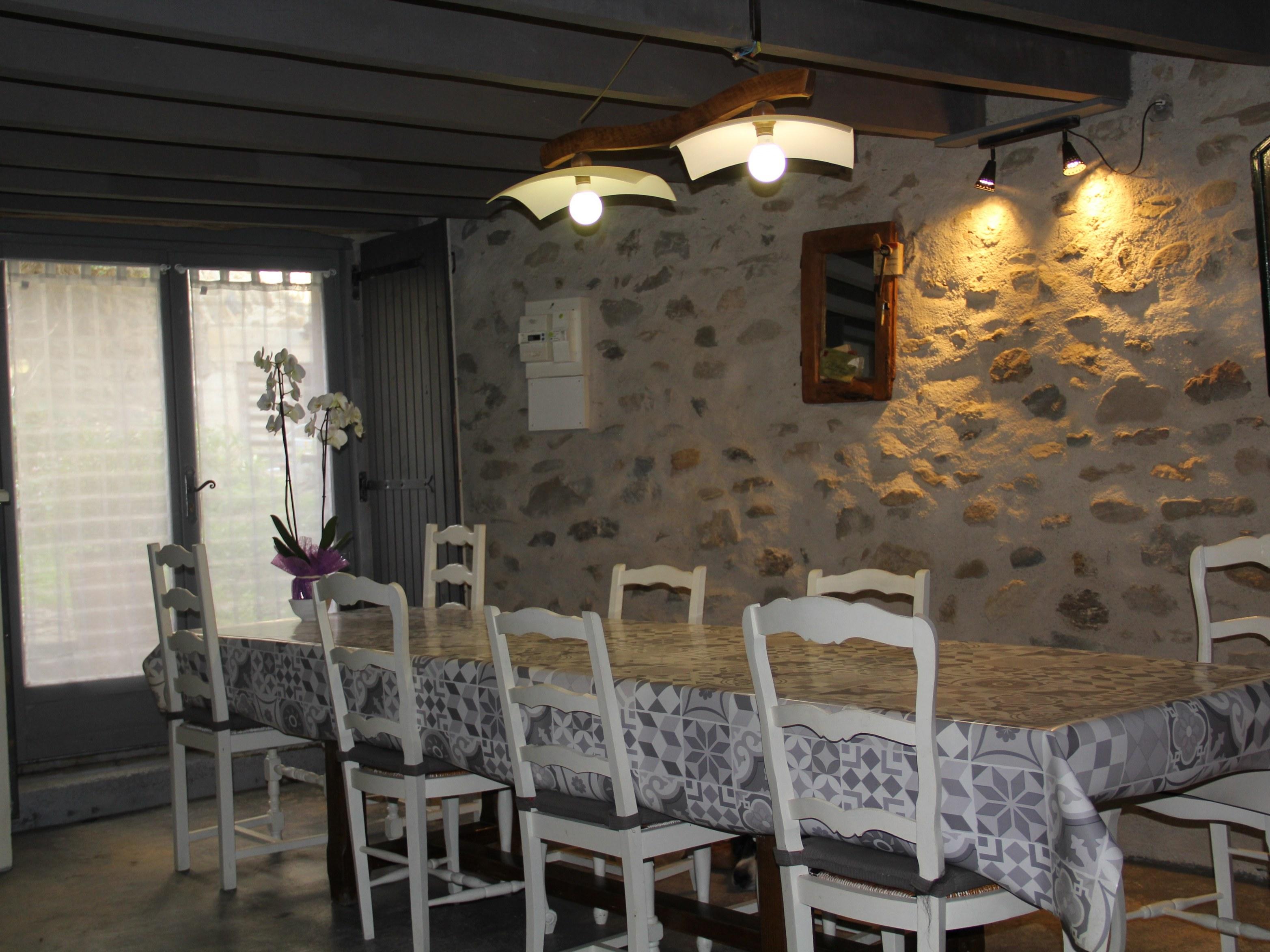chambre-hotes-auvergne-fenetre-table-chaise-fleur-portrait