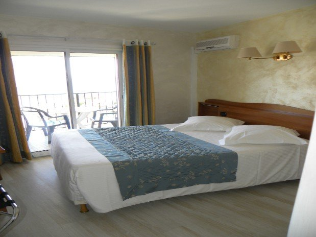 chambre confort mer s jour dans notre h tel de bord de mer dans le var de h tel le lavandou. Black Bedroom Furniture Sets. Home Design Ideas