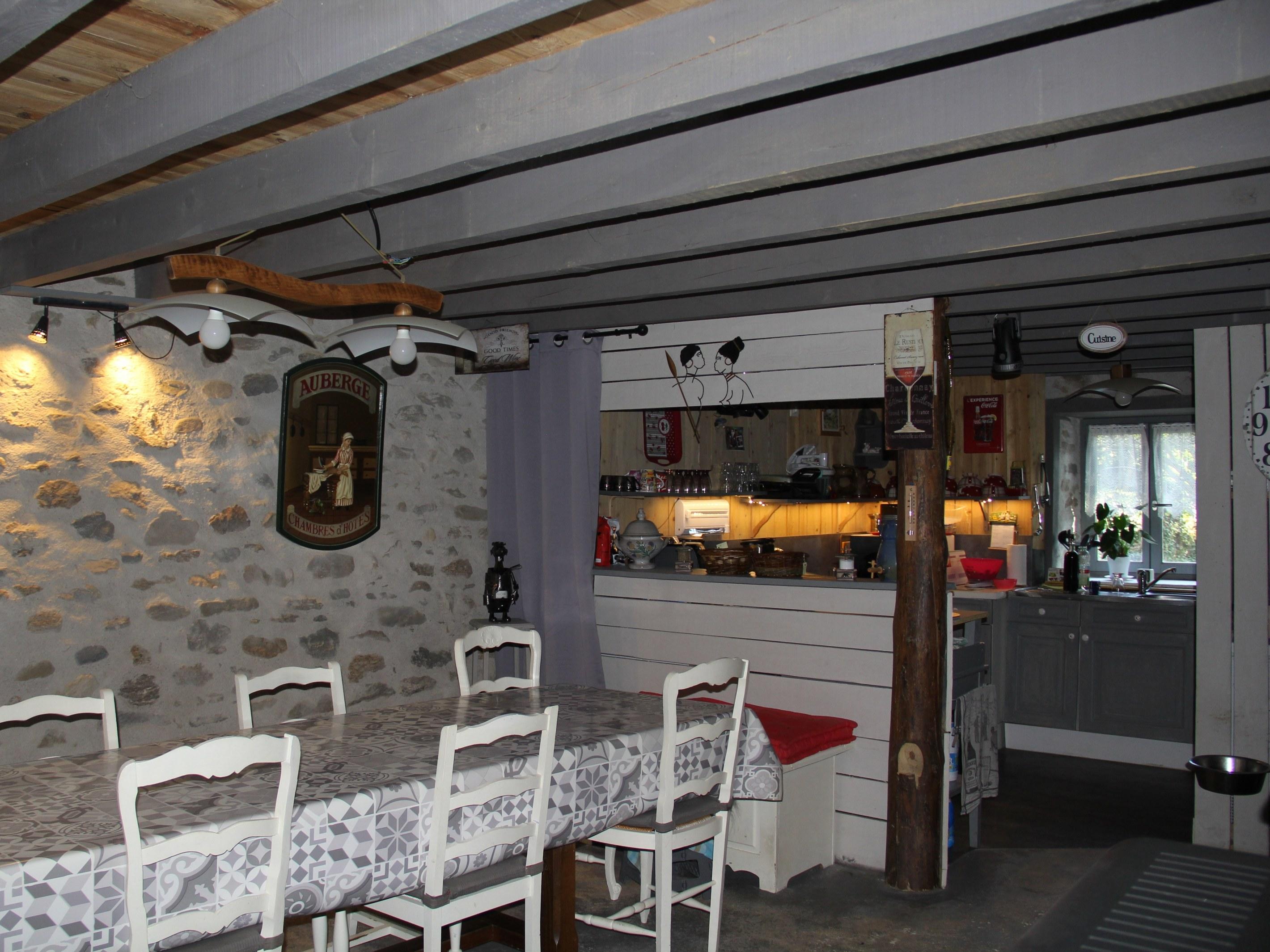 chambre-hotes-auvergne-fenetre-table-chaise-fleur-portrait-cuisine