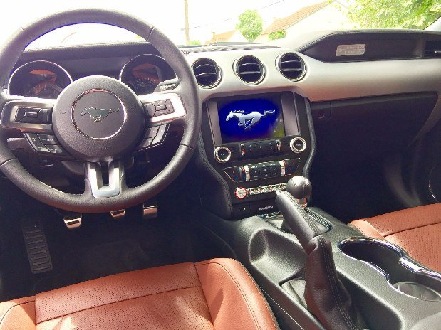 location-voiture-luxe-ile-de-france-ford-mustang-systeme-de-bord