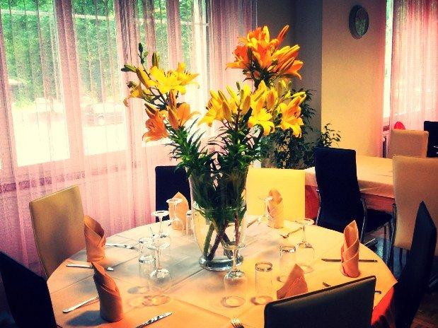 Salle à manger principale - groupes - restaurant - auberge maison monsieur - la chaux de fonds