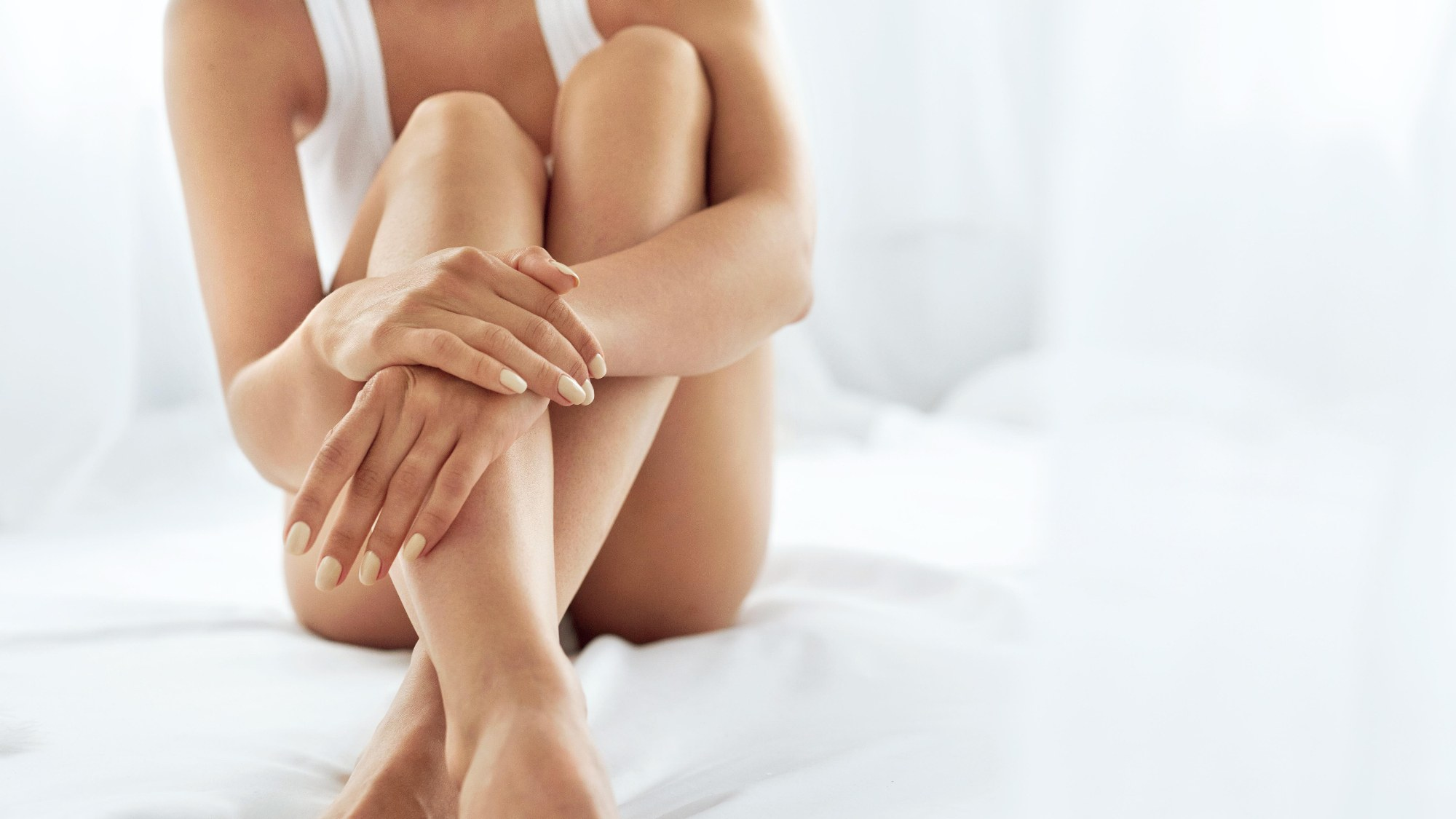 genoux main