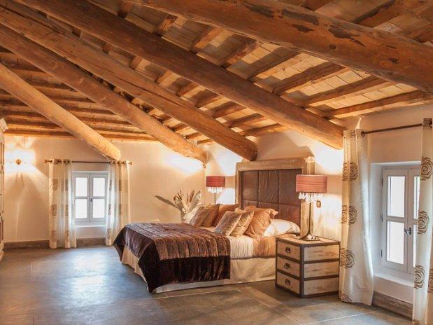 suite spacieuse detail lit maison hôtes luxe provence