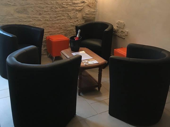 baroville-champagne-fauteuils-table-salon