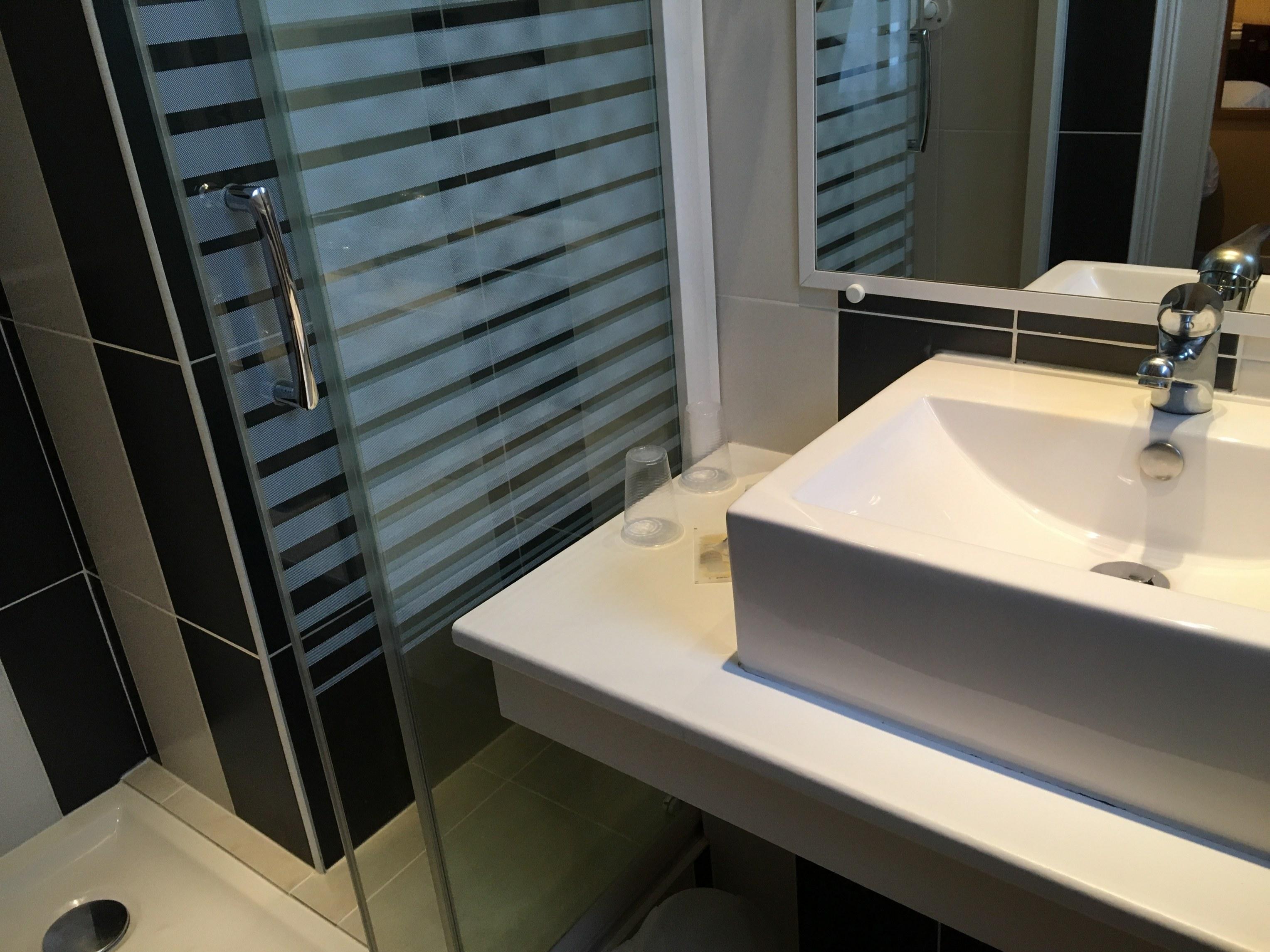 hotel-anne-de-bretagne-chambre-traditionnelle-vue-générale-de-la-douche