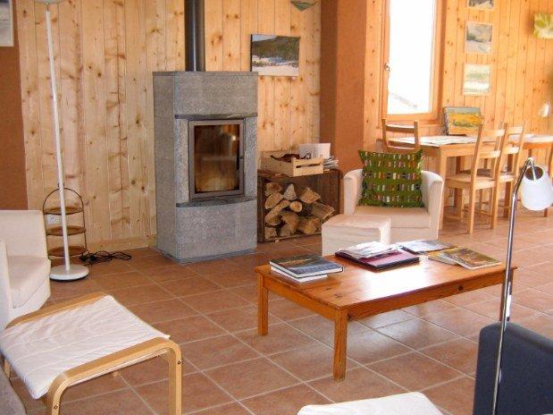 gite-randonnée-jura-salle-commune-cheminée