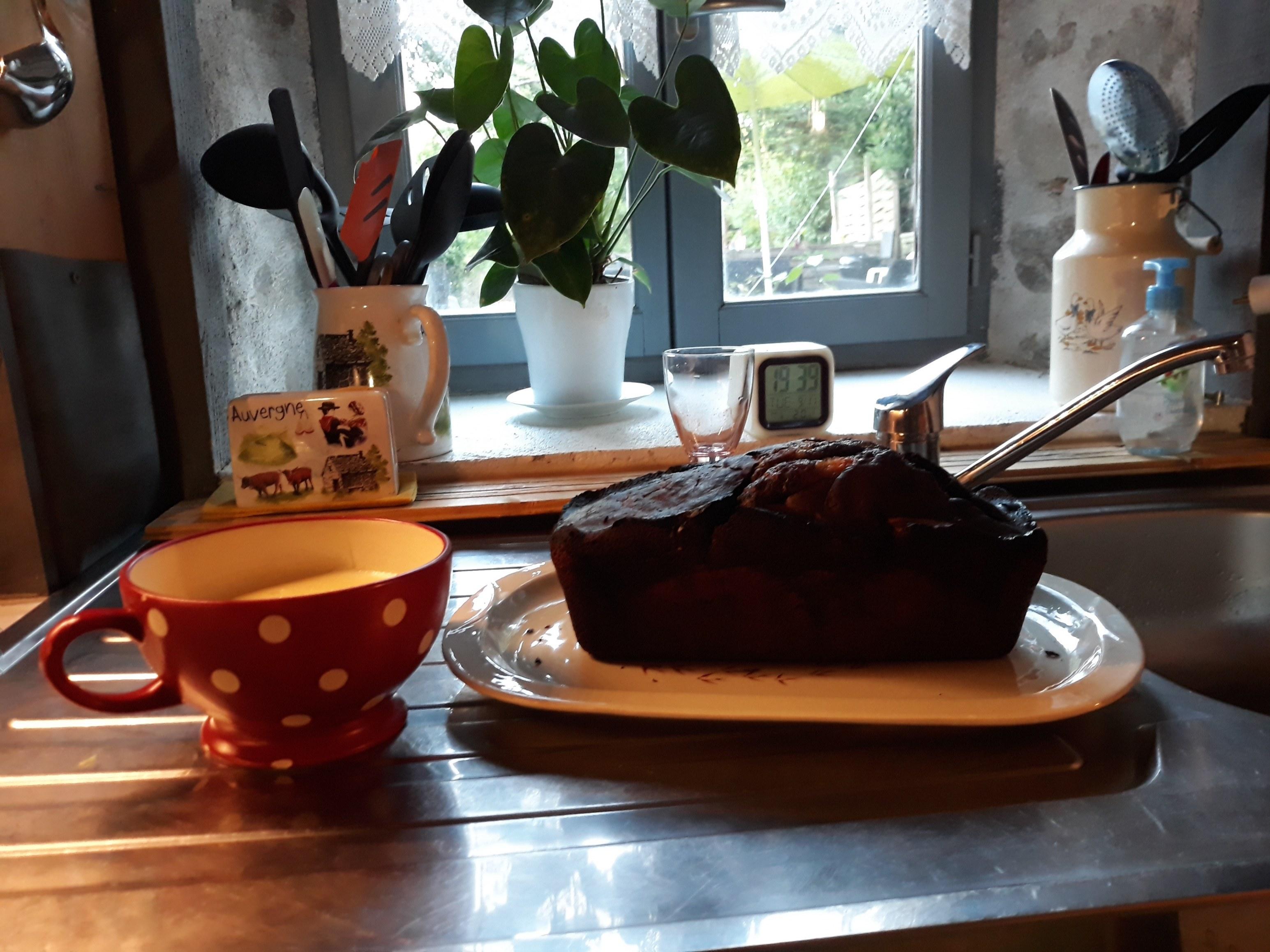 chambre-hotes-auvergne-table-d-hote-salade-repas-fenetre-plante-bol-lait