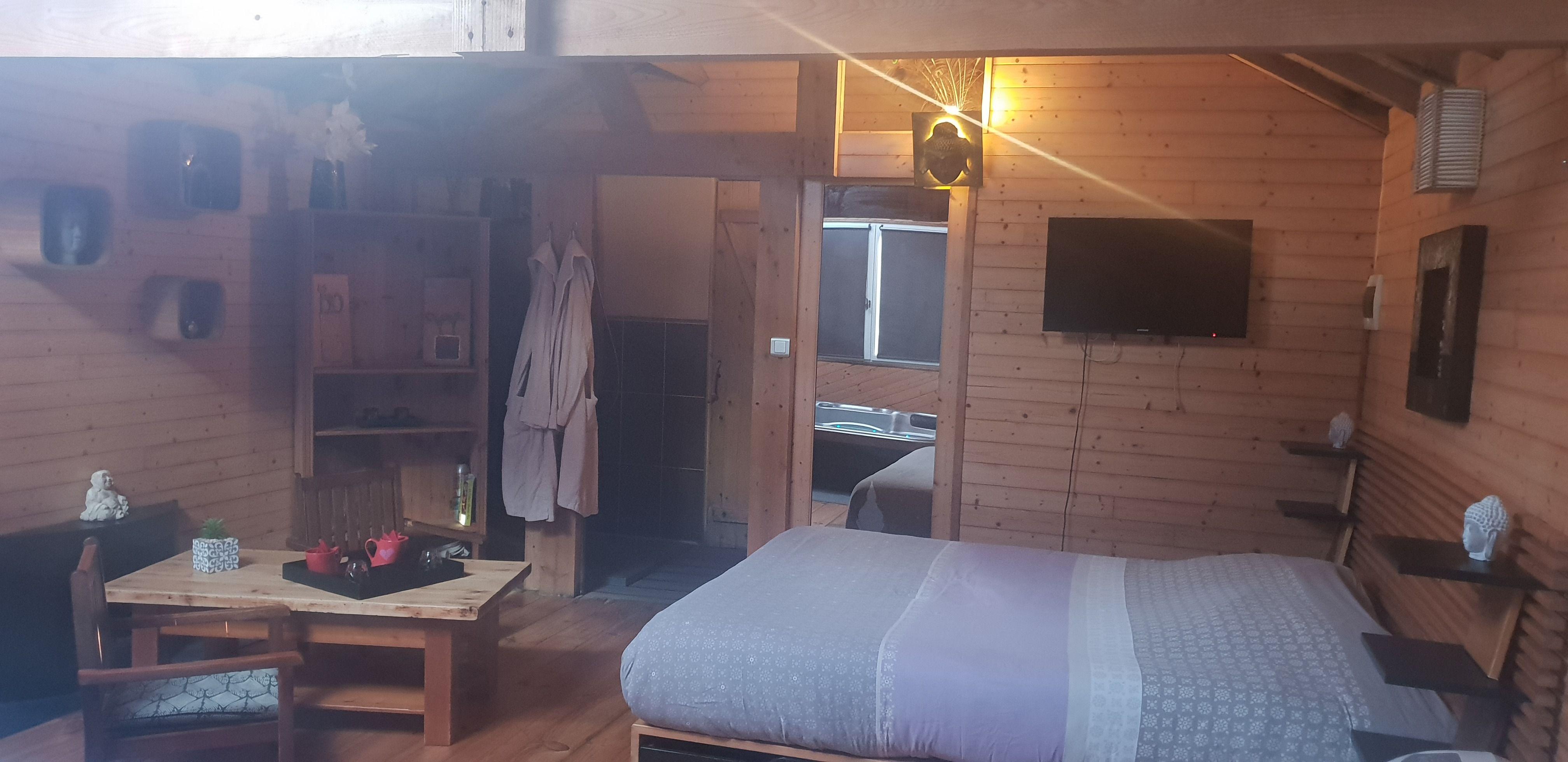 chambre-jacuzzi-privatif-lille-nord-pas-de-calais-tv-lit-peignoir-table-chaise