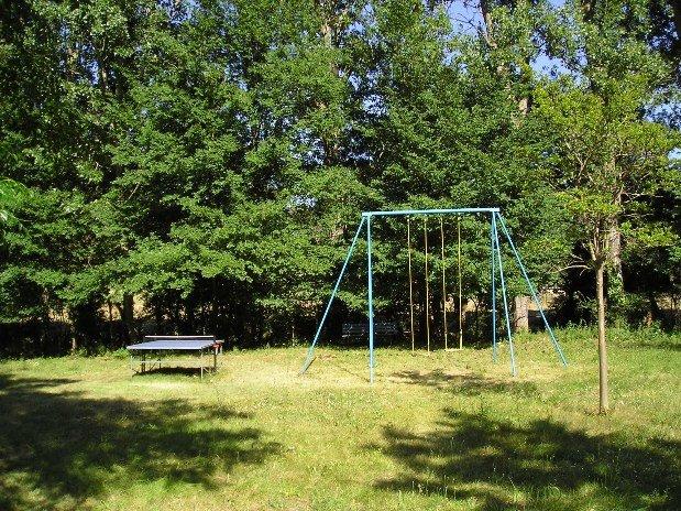 tennis de table et balançoire dans le parc