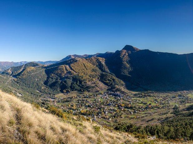 Saint Dalmas lové au creux des montagnes du Valdeblore