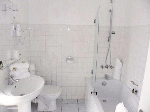 chambre triple-anglade hotel- lavandou-salle de bain