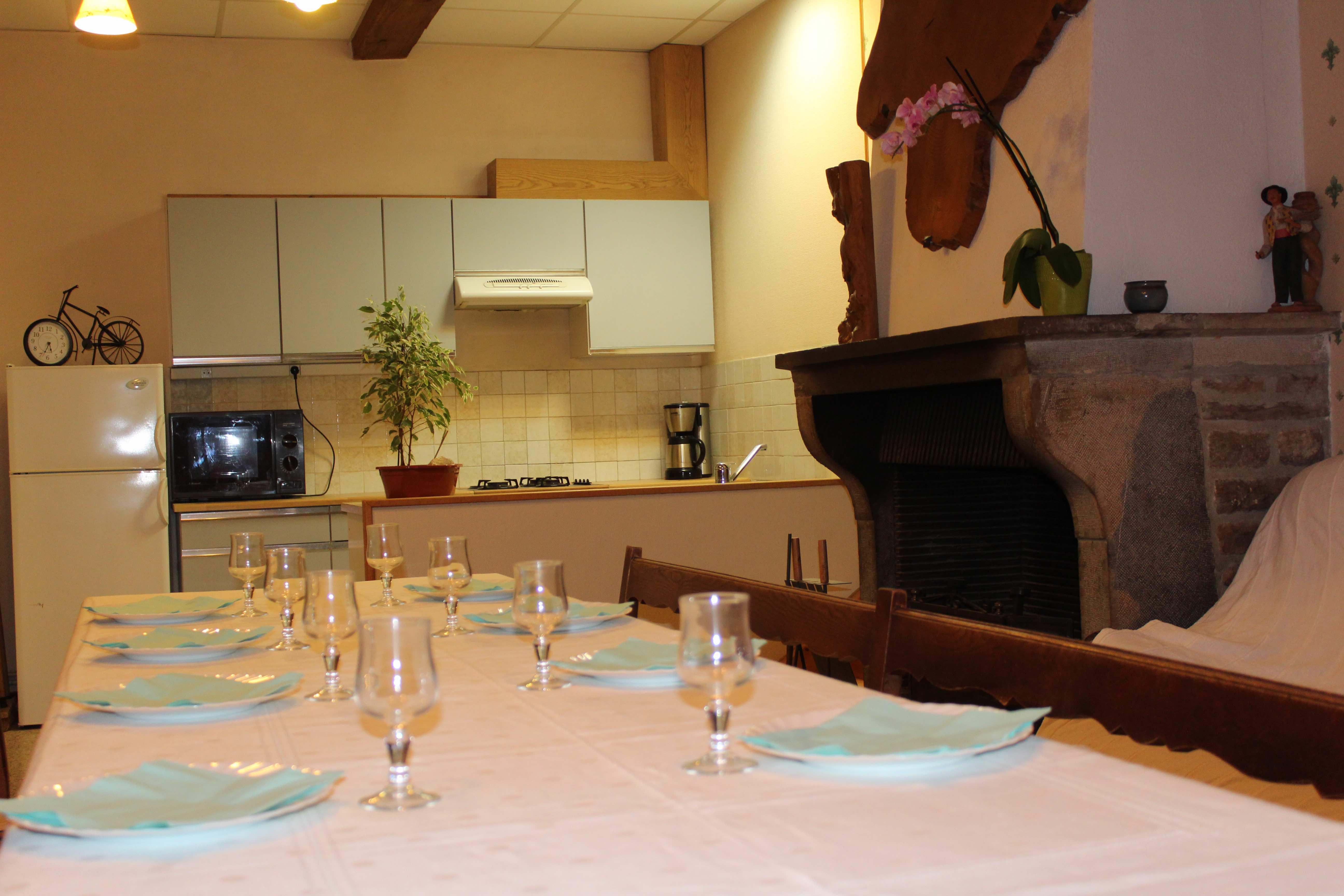 gite-groupe-jura-tavaillon-cuisine-salon