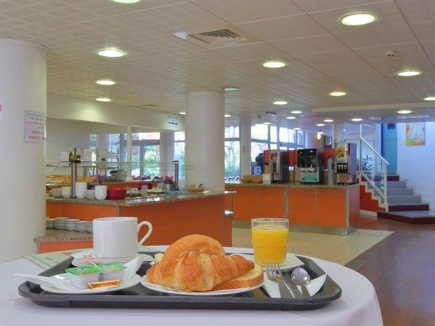 hotel-paris-13-avec-parking-tasse-jus-orange-croissant