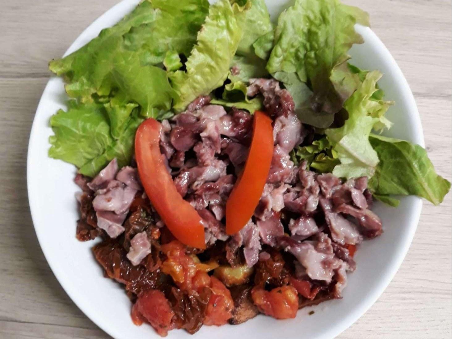 assiette de salade verte et gésiers avec pomme de terres rissolées Chez Toto à Meslay-du-Maine met à votre disposition une variété de pâtes fraîches à base d'ingrédients frais. Elles sont préparées dans le respect de la tradition italienne.  Nous vous pro