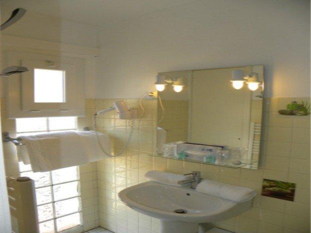 chambre double coté village  sanitaire
