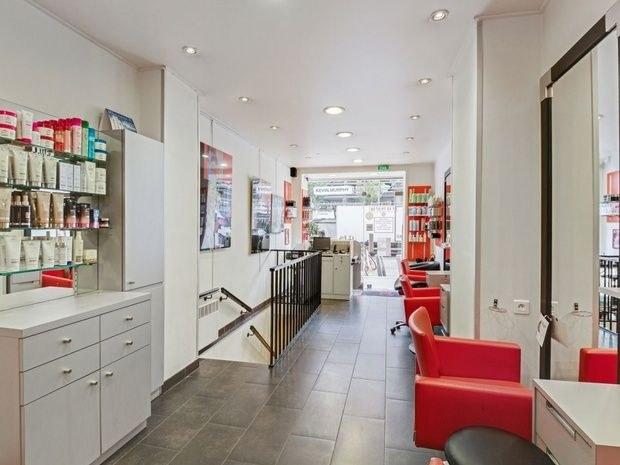 8-eme-art salon-de-coiffure-paris-15-fauteuil-miroir-produit-beaute-soin-commode-accueil-comptoir