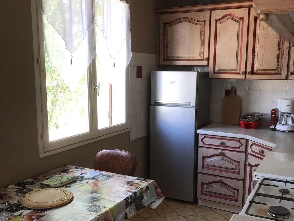 baroville-champagne-fauteuils-table-cuisine-frigo-placard-fenetre