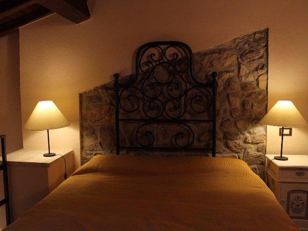 Casa di Castore Appartamenti Castello Santa Margherita Cori Dettaglio Letto