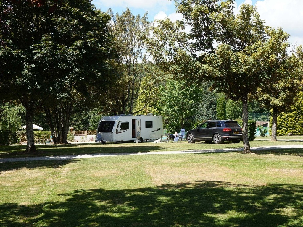 Emplacements 180m² camping chambon piscine nature familale (1)