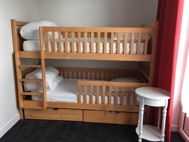 hotel-anne-de-bretagne-blois-centre-ville-lits-superposés-chambre-triple-supérieure-balcon-vue-sur-square-calme